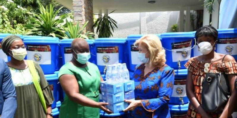 La présidente de Children of Africa, Dominique Ouattara, a insisté sur le respect des mesures barrières pour arrêter la propagation du coronavirus. (Photo: Fondation)