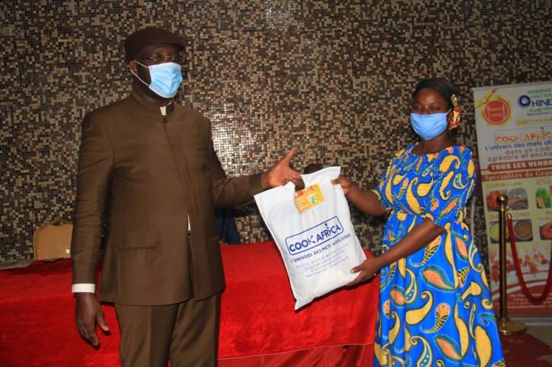 Le président de la Fondation Kouyo procédant à la remise des kits. (DR)