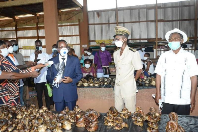 Devant les vendeurs et vendeuses du marché, le ministre et sa suite ont expliqué le bien-fondé du respect des mesures barrières. (DR)