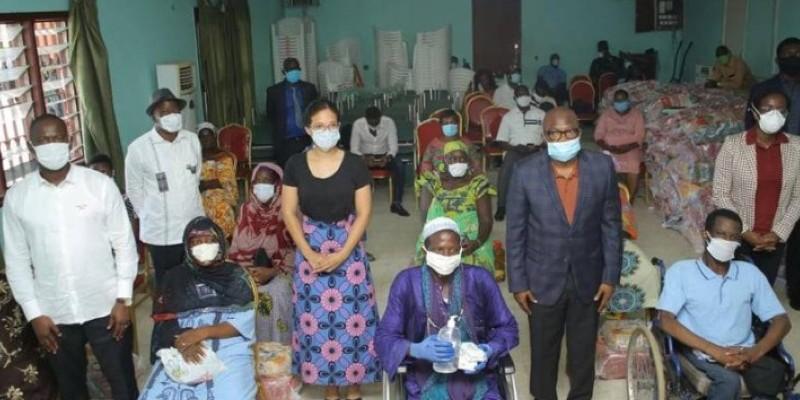Les représentants des institutions donatrices ont posé avec quelques bénéficiaires. (Dr)