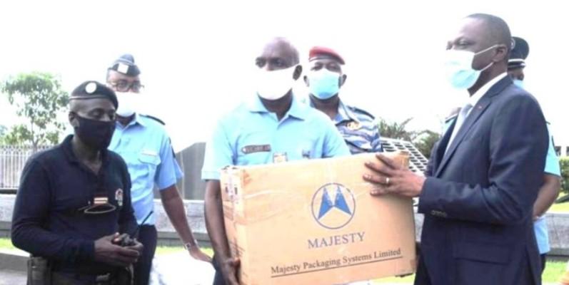 Le ministre des transports, Amadou Koné (à droite) remettant le don. (DR)