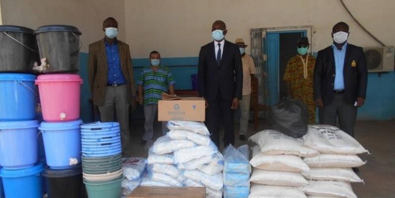 Le DG du CHU de Treichville, Dr Yao Etienne, a fait don aux centres de santé de Bouaflé. (DR)