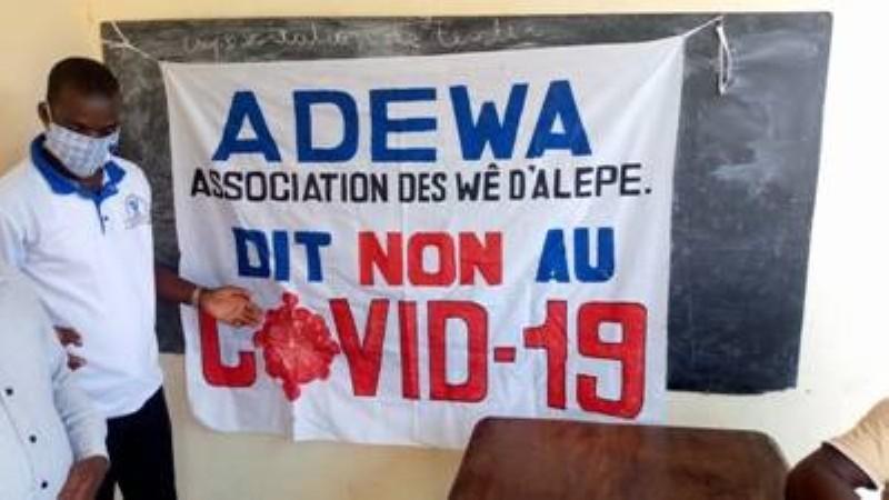 L'association des Wê du département d'Alépé (ADWA) sillonne toute la ville pour sensibiliser les populations. (DR)