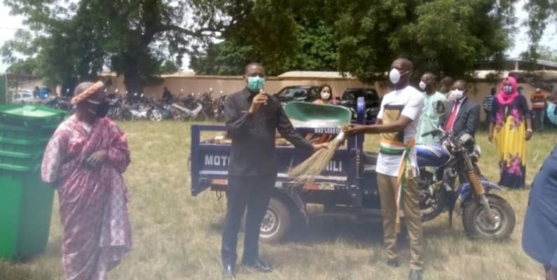 Don d'équipement de salubrité de Sidi Touré à la mairie de Béoumi. (Dr)