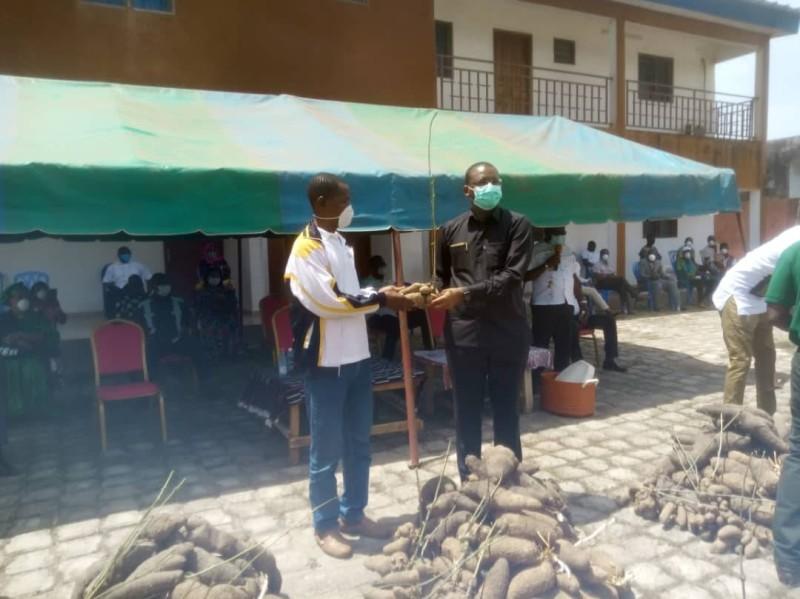 Le ministre Sidi Touré a offert des boutures d'igname et une enveloppe de 1,5 million de FCfa aux ex-détenus de la crise communautaire. (Dr)