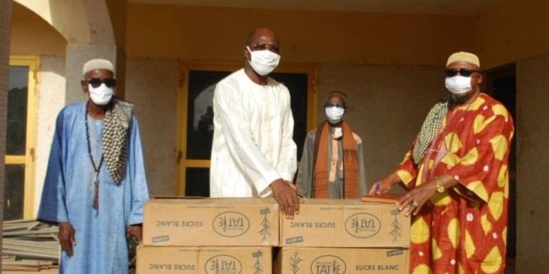 Le président du Conseil régional de l'Iffou, Traoré Adam Kolia (au centre), au nom du président du Pdci-Rda, remet un échantillon du don aux guides religieux. (DR)