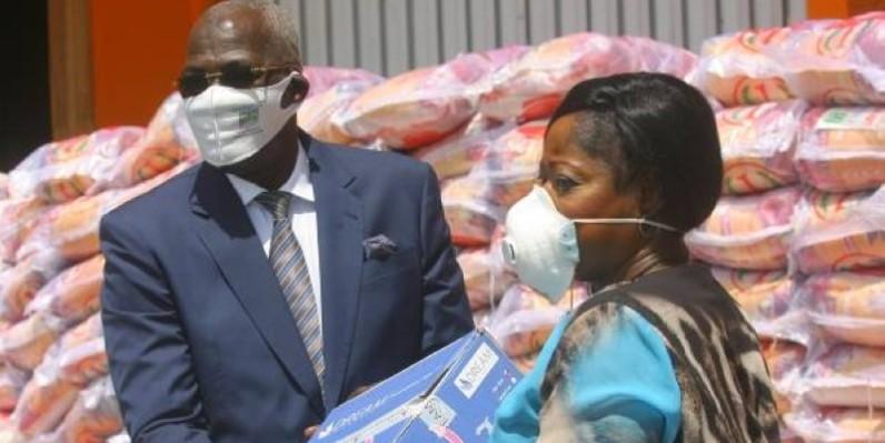 Le maire (à gauche) recevant les dons des mains de la porte-parole des cadres d'Adjamé. (DR)