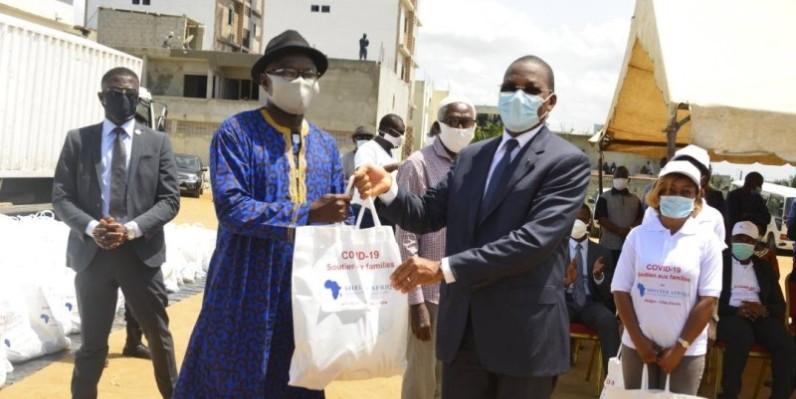 Bruno Nabagné Koné remettant symboliquement un kit à un bénéficiaire au nom de Shelter Afrique. (DR)