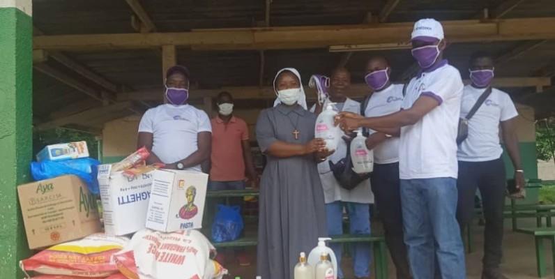 La représentante de l'orphelinat recevant son don des mains du vice-président. (DR)
