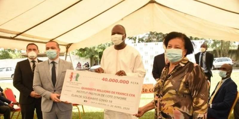 Le ministre Toikeusse Mabri (au centre), recevant le chèque des mains du président de l'Acci, Essam Daoud (à gauche). (Dr)