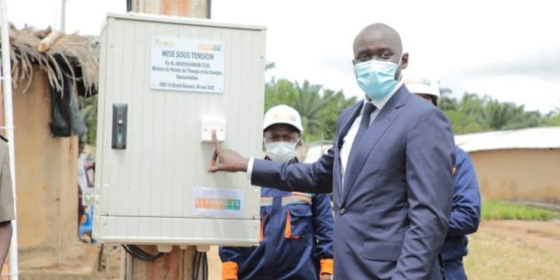Le ministre du Pétrole, de l'Energie et des Energies renouvelables, Abdourahmane Cissé, mettant sous tension le réseau électrique d'Ono 14. (DR)
