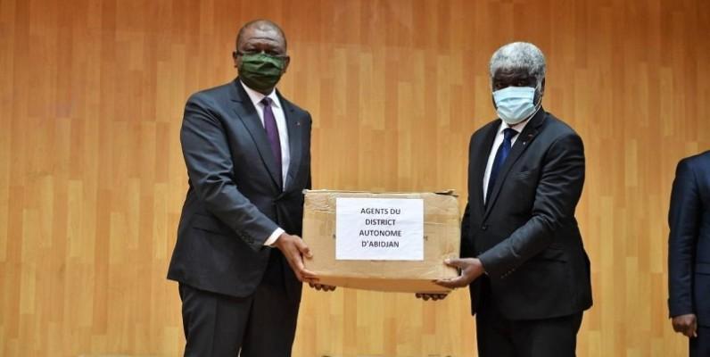 Le ministre d'Etat, ministre de la défense, Hamed Bakayoko (à gauche) remettant un kit au gouverneur du district d'Abidjan. (DR)