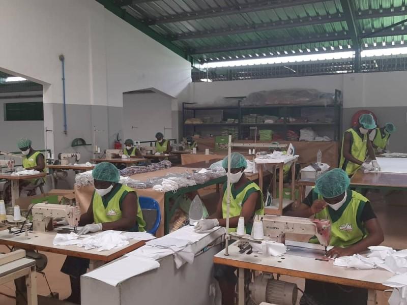 Encouragées par le ministère en charge de l'Industrie, les entreprises sont à l'œuvre pour produire des masques barrières. (Poro Dagnogo)
