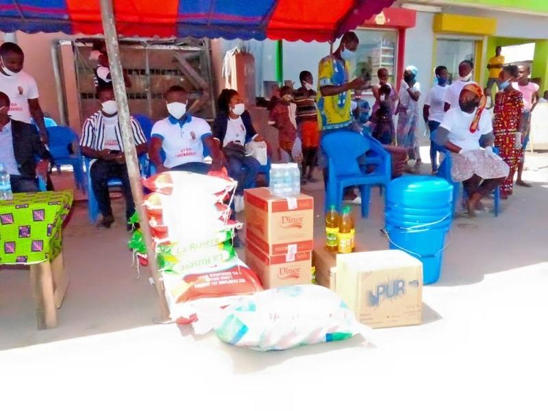 Des dons de l'Ong offerts à des populations. (DR)