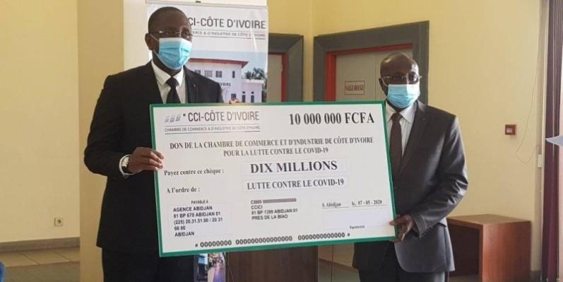Le ministre Souleymane Diarrassouba recevant le chèque de 10 millions de Fcfa. (DR)