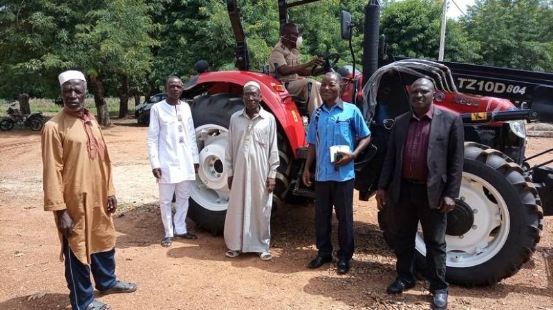 Des agents de la mairie tout heureux de l'arrivée du tracteur. (DR)