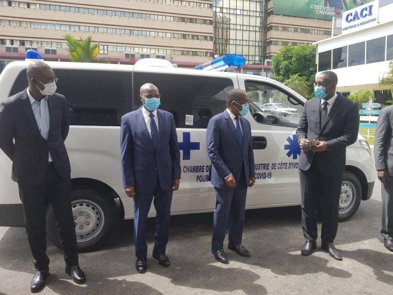 Le ministre Aka Aouélé, 2è à partir de la droite, lors de la remise des clés