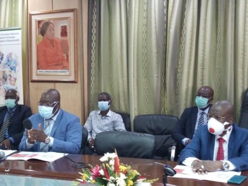 Selon Pr. Coulibaly Lacina (à gauche), ce document est une réponse aux interrogations susceptibles de hanter l'esprit des populations. (Photo : Dr)