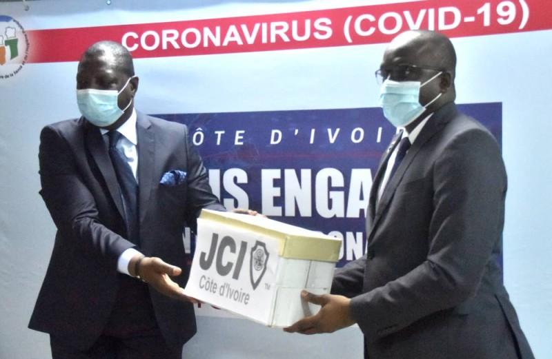 Le don de la JCI Côte d'Ivoire réceptionné par le le directeur de cabinet du ministre de la Santé et de l'Hygiène publique. (DR)