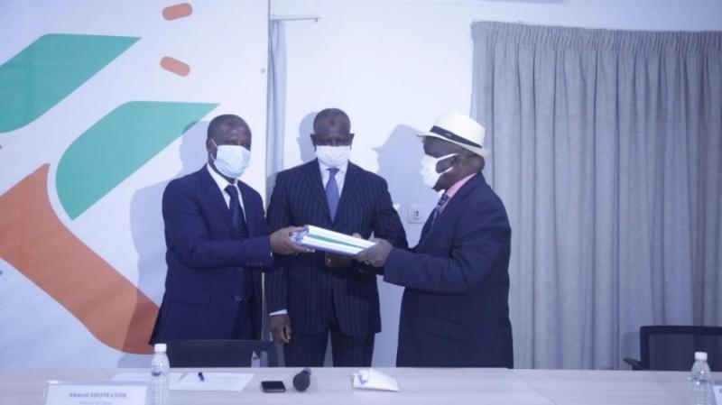 Abel Djohoré (à gauche) a reçu les documents du conseil d'administration, sous le regard d'Ahmed Diomandé, représentant le ministre des Transports. (DR)