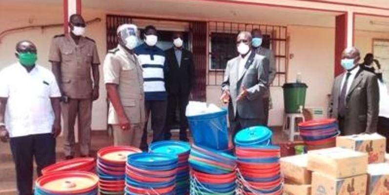 Le ministre-gouverneur Beugré Mambé a fait un important don au département d'Alépé. (DR)