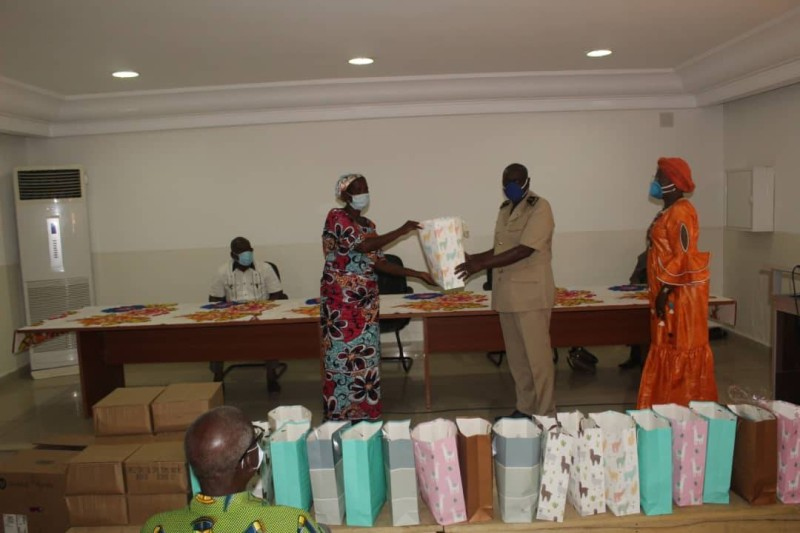 Les donatrices ont remis leur don au préfet qui l'a transmis aux destinataires. (DR)