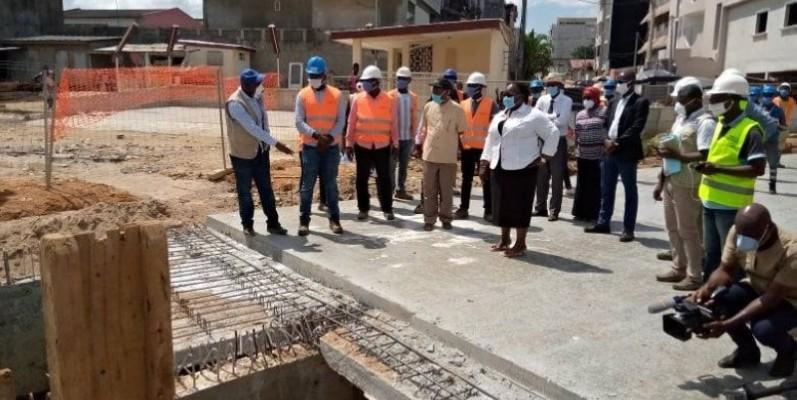 Anne Ouloto s'est félicitée de l'avancement des travaux d'assainissement de la rue ministre de Cocody Palmeraie. (DR)
