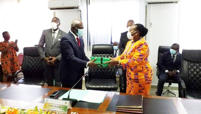 Raymonde Goudou-Coffie transmet les dossiers de la modernisation de l'administration à son successeur, le ministre Roger Adom. (Photo: Marc Yevou)