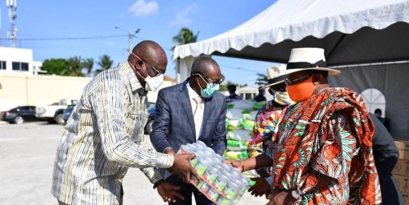 Une vue de la remise symbolique de quelques boîtes de lait au représentant du Premier ministre Amadou Gon Coulibaly. (DR)