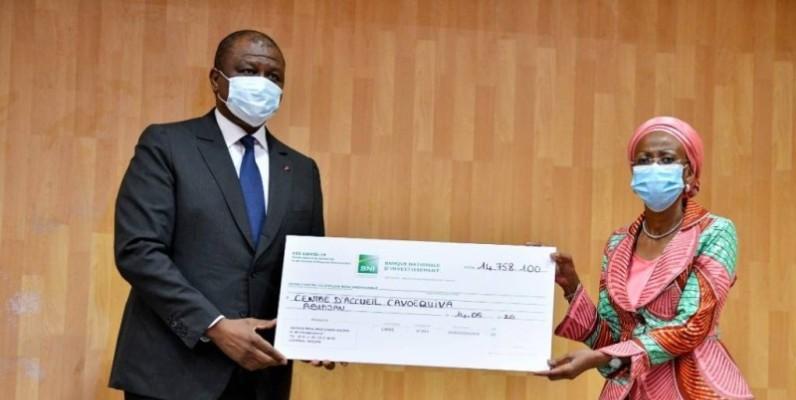 Le ministre d'État, Hamed Bakayoko, remettant un chèque. (DR)
