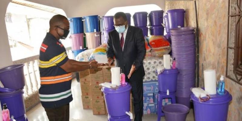 Le ministre des Sports a offert des kits aux journalistes sportifs pour lutter contre le coronavirus. (photo : Dr)