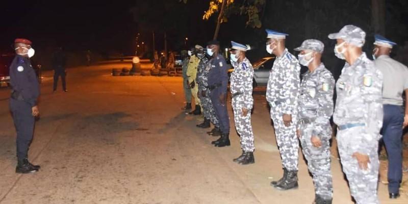 Le général de division Alexandre Apalo Touré, Commandant supérieur de la gendarmerie, face à ses hommes. (DR)