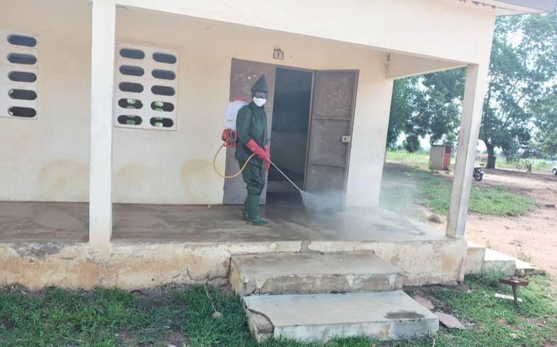 Un agent pulvérisateur en train de désinfecter un des bâtiments concernés. (DR)