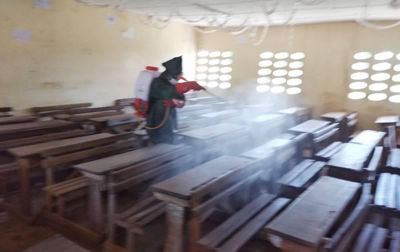 Une salle de classe en train d'être pulvériser. (DR)