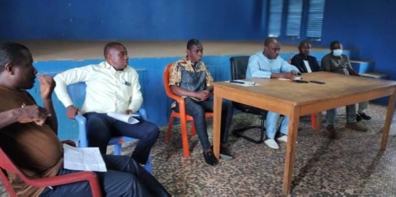 Le maire Ouattara Lacina (en bleu) a rencontré les commerçants après le sinistre. (DR)