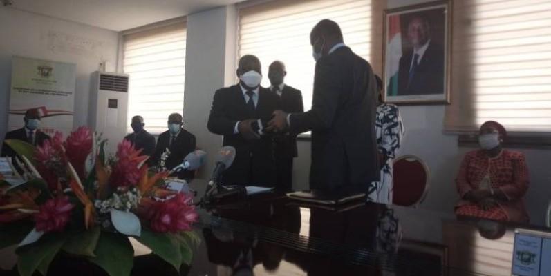 Albert Flindé (à gauche), nouveau ministre de l'intégration africaine et des ivoiriens de l'extérieur reçoit les dossiers de la part de son prédécesseur Ally coulibaly (à droite). (DR)