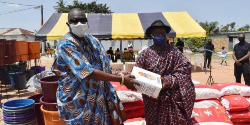 Remise symbolique du don par le ministre Amichia à la notabilité du village d'Abatta. PH DR
