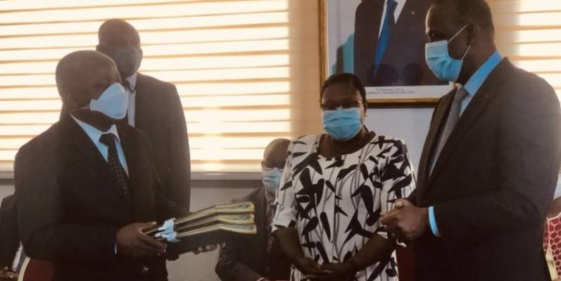 Albert Flindé, le nouveau ministre de l'Intégration africaine et des Ivoiriens de l'extérieur, a reçu des mains de son prédécesseur, Ally Coulibaly, les dossiers de son département, sous l'égide du secrétaire général du gouvernement, Etté Eliane. PHOTO: DR