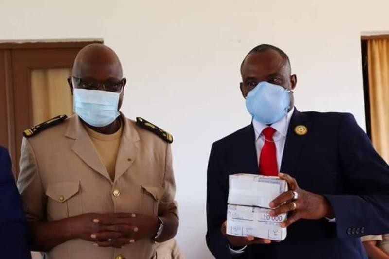 Le préfet Soro Jérôme (à gauche) a apporté la compassion du gouvernement aux commerçants, en présence du maire Ouattara Lacina. (DR)