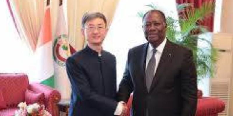 L'ambassadeur de Chine en Côte d'Ivoire, Wan Li, à gauche avec le Président ivoirien, Alassane Ouattara. (Dr)