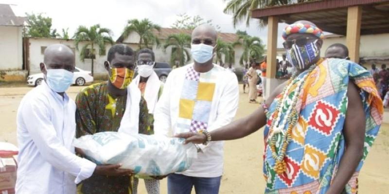 Benjamin Ekissi, à l'extrême gauche, remettant symboliquement les dons aux populations. (Dr)