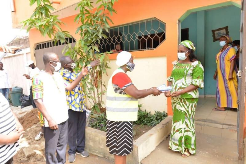 La coordinatrice de l'opération Grand Ménage, Edith Kété Kouamé remettant le don. (DR)