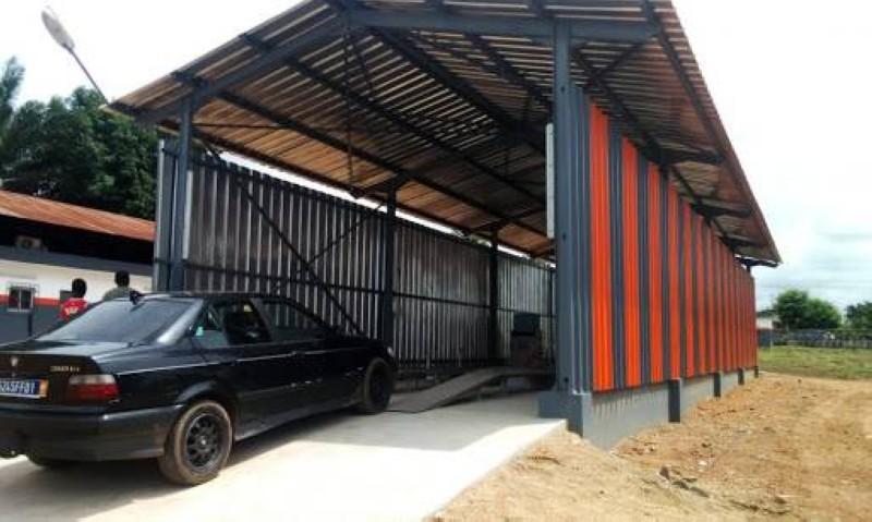 Visite technique d'un véhicule à Abidjan. (DR)