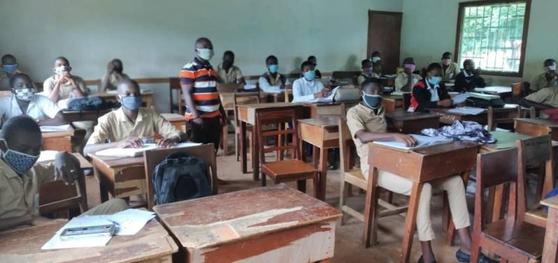 Élèves et professeurs présents en classe au lycée moderne 1 de Man. (DR)