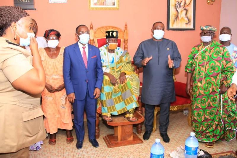 La délégation du gouvernement avec le roi de Daoukro, Kongo Lagou III, après la présentation des civilités.
