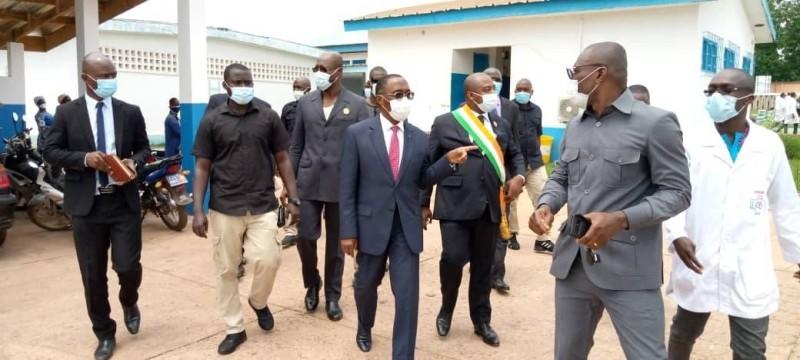 Le ministre Aka Aouélé s'imprègne de l'état d'avancement des travaux de construction du bloc opératoire à Daoukro. (DR)