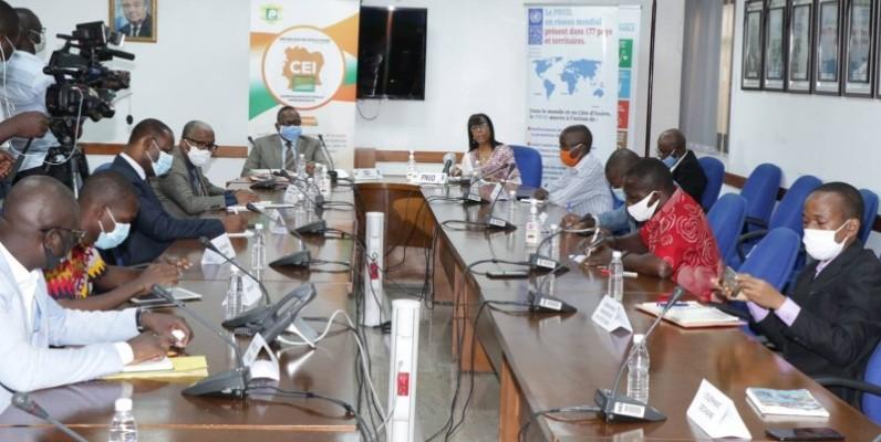 Le président de la Cei, Ibrahime Coulibaly-Kuibiert et ses collaborateurs ont dévoilé le chronogramme du scrutin présidentiel. (DR)