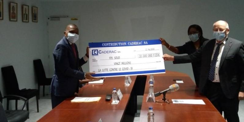 Le ministre Jean Claude Kouassi recevant le chèque de 20 millions de Caderac SA. (DR)
