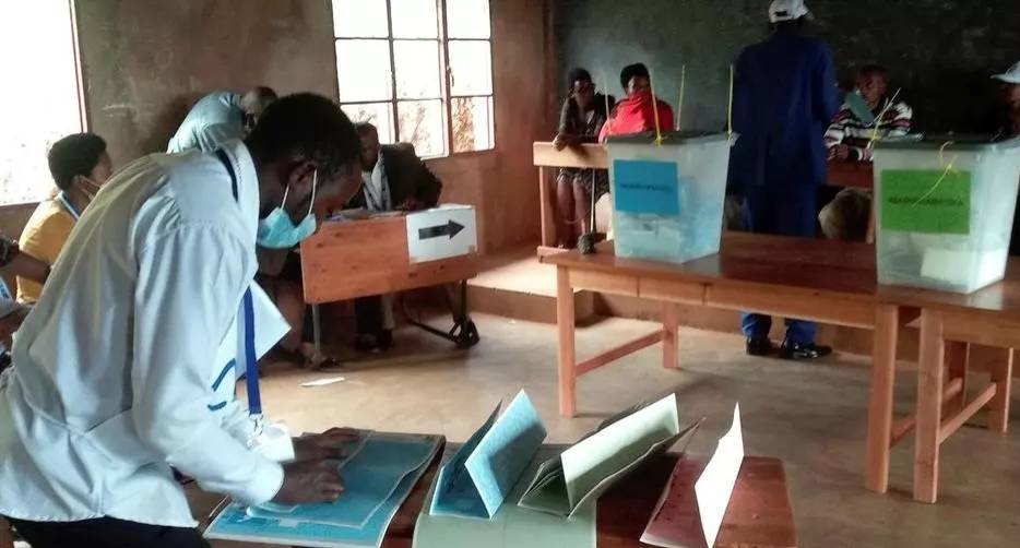 Opérations dans un bureau de vote à Gitega, à Burundi, le 20 mai. (DR)