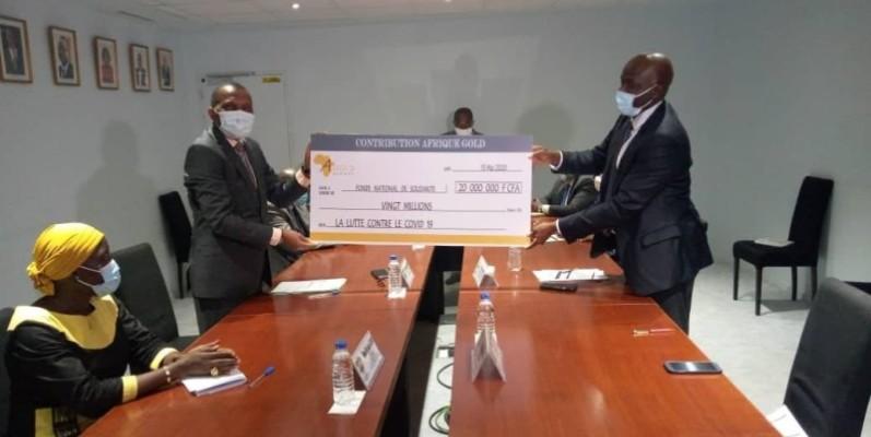 Le chèque remis au ministre Jean Claude Kouassi. (DR)